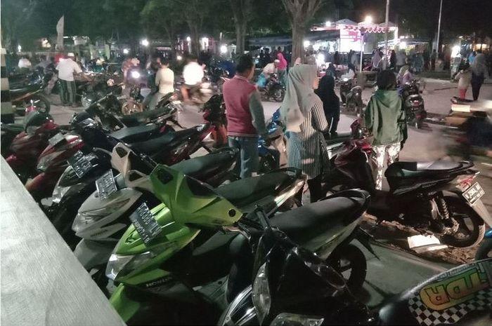 Sepeda motor yang di Pulau Bawean diparkir, hampir semuanya tidak berspion