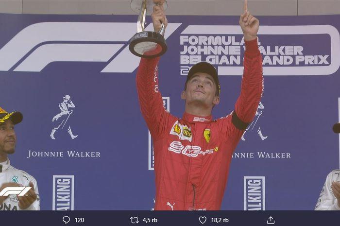 Pose pembalap Ferrari, Charles Leclerc (tengah), ketika mendedikasikan kemenangannya pada F1 GP Belgia 2019 Minggu (1/9/2019) untuk mendiang Anthoine Hubert.