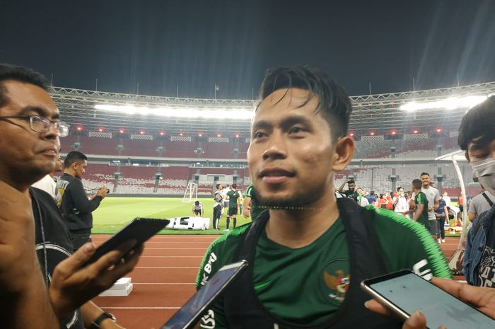 Pemain timnas Indonesia, Andik Vermansah menjawab pertanyaan wartawan di Stadion Utama Gelora Bung Karno (SUGBK), Senin (2/9/2019).