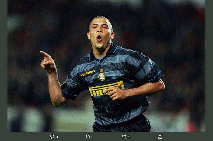 Ronaldo ketika masih membela Inter Milan di musim 2004-2005, jersey yang dikenakan menjadi konsep jersey ketiga Il Nerazzurri di musim 2019-2020.