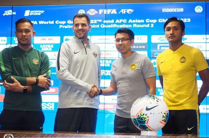 Pelatih Timnas Indonesia Simon McMenemy (kedua dari kiri) bersalaman dengan Pelatih Timnas Malaysia Tan Cheng Hoe dalam konferensi pers di Jakarta, Rabu (4/9/2019).