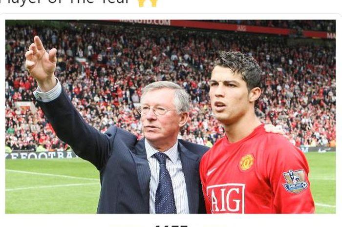 Pelatih Manchester United, Sir Alex Ferguson (kiri), merangkul Cristiano Ronaldo.