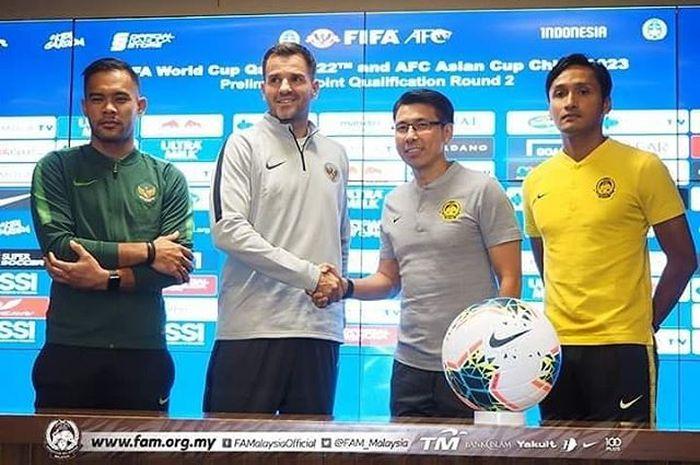 Pelatih timnas Indonesia, Simon McMenemy, bersalaman dengan pelatih Malaysia, Tan Cheng Hoe, saat konferensi pers jelang pertemuan kedua tim di Kualifikasi Piala Dunia 2022 Zona Asia.