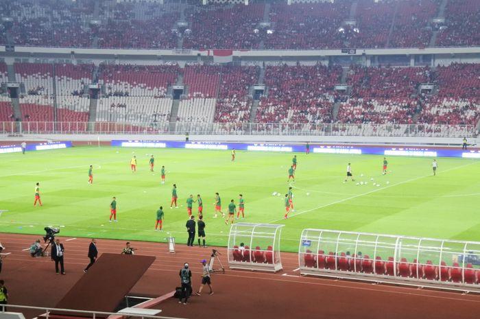Suasana pemanasan para pemain timnas Indonesia jelang laga kontra Malaysia di ajang Kualifikasi Piala Dunia 2022 di Stadion Utama Gelora Bung Karno (SUGBK), Jakarta, Kamis (5/9/2019).
