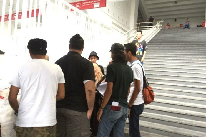 Beberapa suporter timnas Malaysia saat hendak masuk Stadion Utama Gelora Bung Karno, Kamis (5/9/2019).