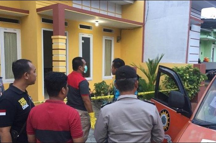 Mantan pemain Persib Bandung Mulyadi ditemukan meninggal di kamar mandi di rumahnya di Bandar Lampung.