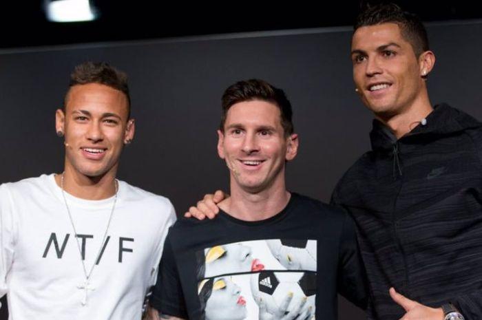 Neymar (kiri) Messi (tengah) Ronaldo (kanan) saat bersaing mendapatkan gelar Ballon d'Or.