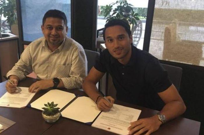 CEO PSM Makassar, Munafri Arifuddin, bersama Ezra Walian saat prosesi tanda tangan kontrak pada bursa transfer paruh musim Liga 1 2019.