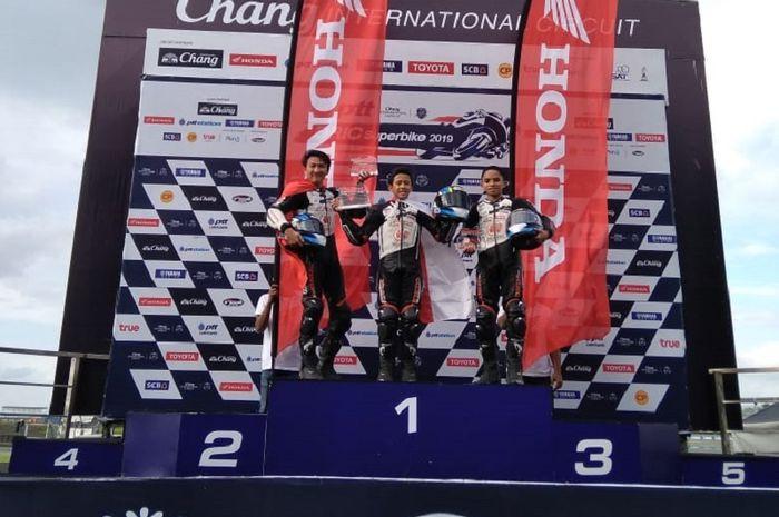 Pembalap Astra Honda Motor (AHM), Herlian Dandi (tengah) saat balapan pertama Thailand Talent Cup (TTC) 2019 seri kelima di Chang International Circuit, Thailand pada Sabtu (7/9/2019).
