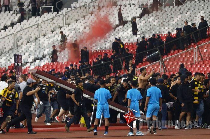 Suporter timnas Malaysia, Ultras Malaya diamankan seusai pertandingan kontra timnas Indonesia melawan Timnas Malaysia pada ajang kualifikasi Piala Dunia 2022 di Stadion Utama Gelora Bung Karno, Jakarta, Kamis (5/9/2019).