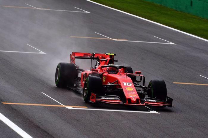 Aksi pembalap Ferrari, Charles Leclerc pada sesi latihan F1 Italia 2019