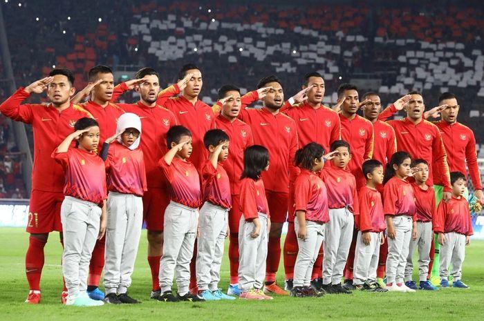 Para pemain Timnas Indonesia menyanyikan lagu Indonesia Raya sebelum menghadapi Timnas Malaysia di Stadion Utama GBK, Senayan, Jakarta, Kamis (5/9/2019) malam WIB.