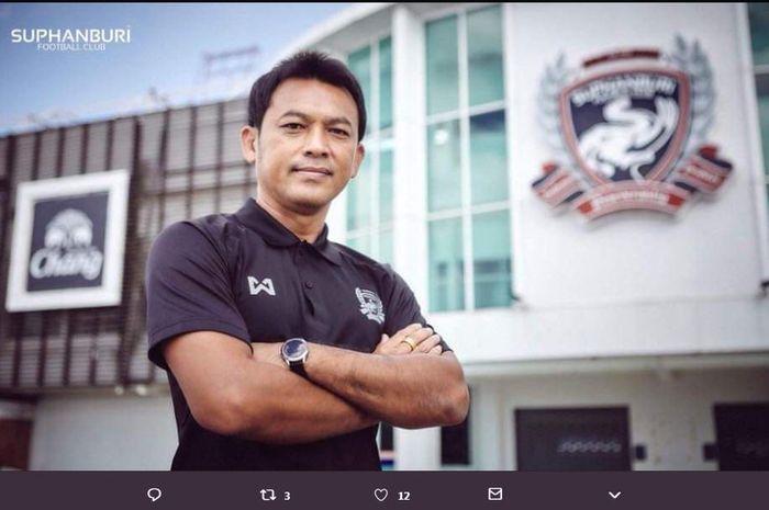 Totchtawan Sripan, legenda timnas Thailand yang kini menjabat asisten pelatih Akira Nishino.