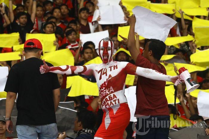 Aksi suporter Timnas Indonesia saat melawan Timnas Malaysia pada Kualifikasi Piala Dunia 2022 di Stadion Utama Gelora Bung Karno, Jakarta, Kamis (5/9/2019).