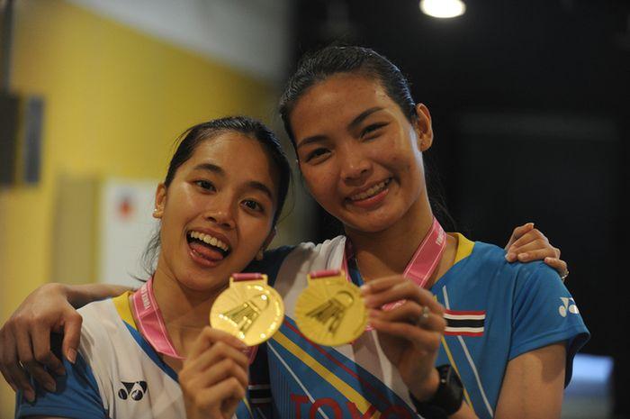 Pasangan ganda putri Thailand, Jongkolphan Kititharakul (kiri) dan Rawinda Prajongjai, berpose dengan medali emas mereka usah menjuarai Chinese Taipei Open 2019 di Taipei Arena, Taipei, Taiwan, Minggu (8/9/2019).