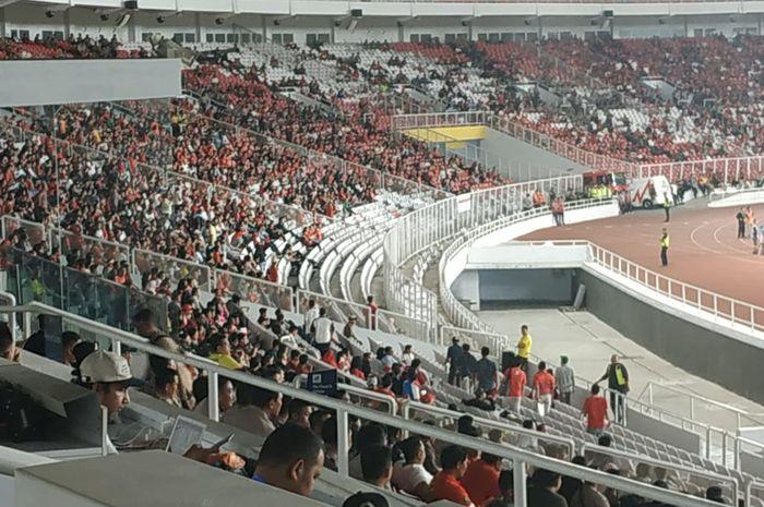 Beberapa suporter timnas Indonesia meninggalkan kursi Stadion Utama Gelora Bung Karno (SUGBK) seusai timnas Thailand mencetak gol ketiga pada menit ke-73.
