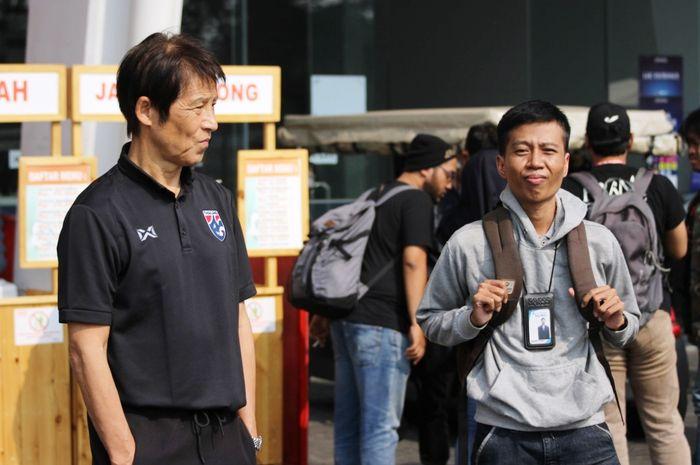 Pelatih timnas Thailand, Akira Nishino saat ditemui BolaSport.com di luar Stadion Utama Gelora Bung Karno (SUGBK), Senin (9/9/2019).