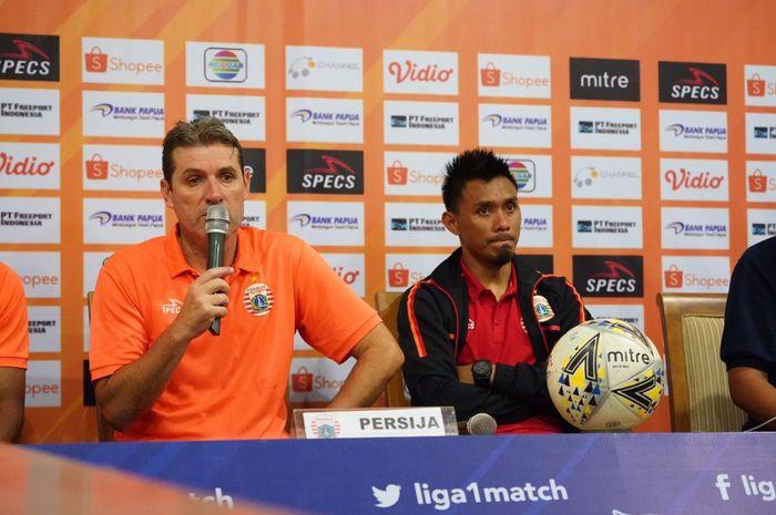 Pelatih Persija Jakarta, Julio Banuelos dan Maman Abdurahman di konferensi pers pasca-laga tunda pekan ke-11 Liga 1 2019 di Stadion Aji Imbut, Tenggarong, Kalimantan Timur, Rabu (11/9/2019).