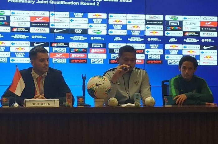 Pelatih timnas Indonesia, Simon McMenemy (kiri).