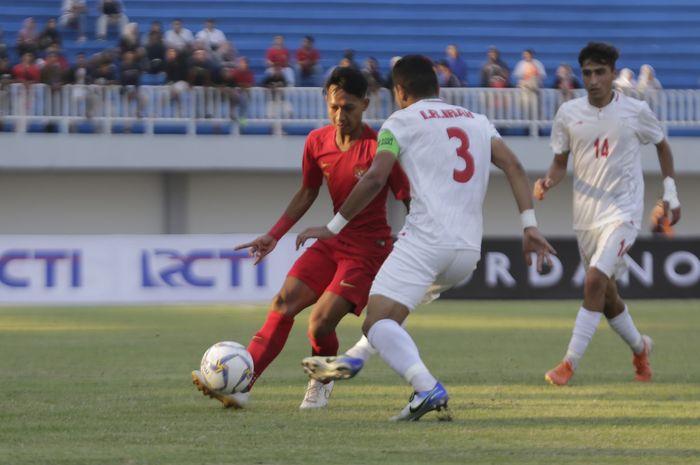 Pemain Timnas Indonesia U-19, Beckham Putra berusha melewati hadangan pemain Iran U-19 saat berlangsung pertandingan persahabatan di stdaion Mandala Krida, Kota Yogyakarta, Rabu (11/9/2019).