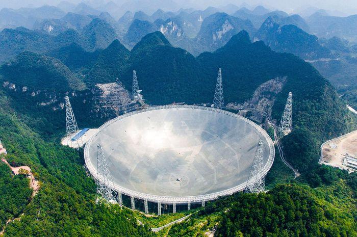 Teleskop radio raksasa di Tiongkok.