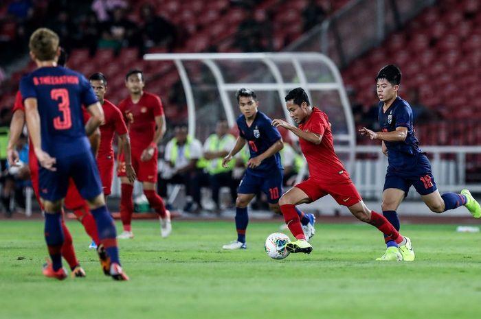 Pesepak bola timnas Indonesia, Evan Dimas berebut bola dengan pesepak bola timnas Thailand saat pertandingan Kualifikasi Piala Dunia 2022 Grup G Zona Asia di Stadion Gelora Bung Karno, Senayan, Jakarta, Kamis (10/9/2019). Tim nasional Indonesia menelan kekalahan dari Thailand dengan skor 0-3.