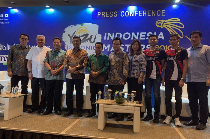 Perwakilan PBSI, Walikota Malang H.Sutiaji, dan pasangan ganda putra Indonesia, Fajar Alfian/Muhammad Rian Ardianto, berpose pada konferensi pers Indonesia Masters 2019 di Jakarta, Rabu (11/9/2019).