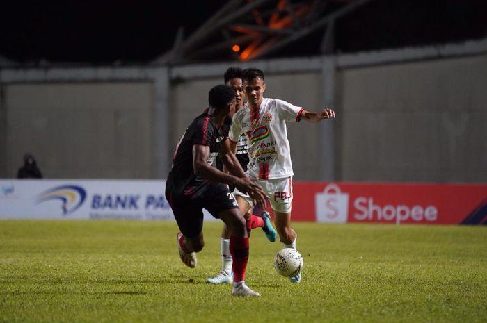 Bek kiri Persija, Rezaldi Hehanussa di antara dua pemain Persipura pada laga tunda pekan ke-11 Liga 1 2019 di Stadion Aji Imbut, Tenggarong, Kalimantan Timur, 11 September 2019.