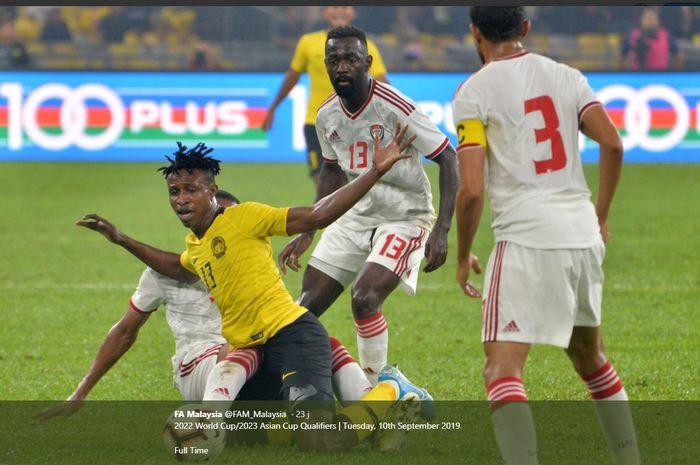 Pemain timnas Malaysia, Mahamadou Sumareh (tengah) di antara tiga pesepak bola timnas UEA pada laga putaran kedua Kualifikasi Piala Dunia 2022 zona Asia di Stadion Nasional Bukit Jalil, Kuala Lumpur, 11 September 2019.