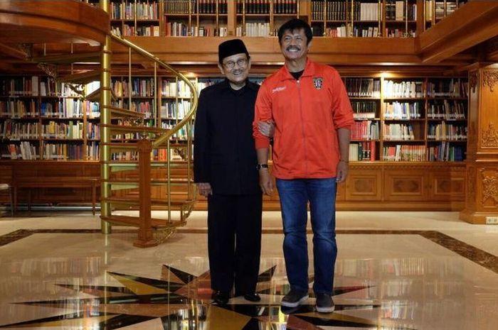 Pelatih Timnas Indonesia, Indra sjafri foto bersama Presiden ketiga Republik Indonesia, BJ Habibie saat diundang ke kediamannya pada tahun 2016