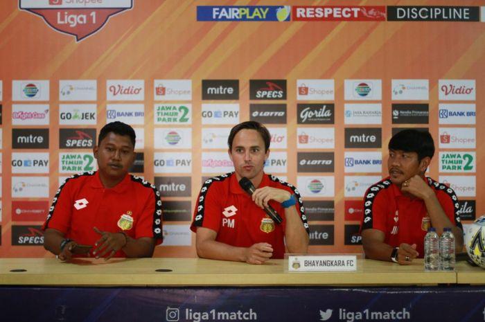 Pelatih dan pemain Bhayangkara FC, Paul Munster (tengah) serta Jajang Mulyana (kanan), Kamis (12/9/2019).