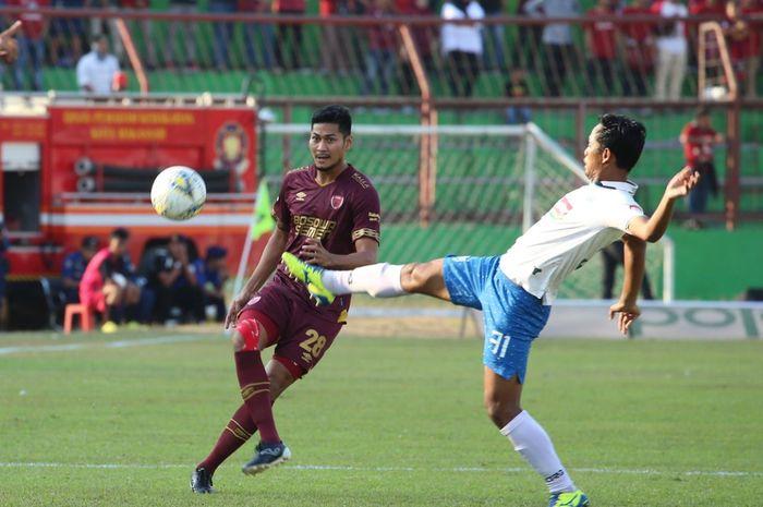 Aksi pemain PSIS Semarang, Heru Setyawan saat berduel dengan bek PSM Makassar, Abdul Rahman.  Heru sendiri berhasil mencetak gol kemenangan bagi PSIS untuk menumbankan sekaligu mematahkan rekor kandang PSM Makassar.