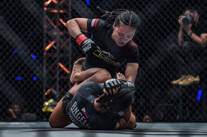 Atlet ONE Championship asal Indonesia, Priscilla Hertati Lumban Gaol (atas), jadikan Rika Ishige sebagai target selanjutnya.