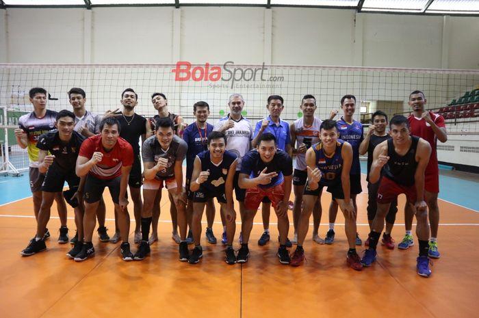 Timnas bola voli putra Indonesia yang akan mengikuti Kejuaraan Asia di Iran berpose di Padepokan Voli Sentul, Bogor, Jawa Barat, Senin (9/9/2019).