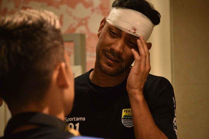 Gelandang Persib Bandung, Omid Nazari, mendapatkan balutan perban di bagian kepala seusai mengalami luka akibat pelemparan batu pada 14 September 2019.