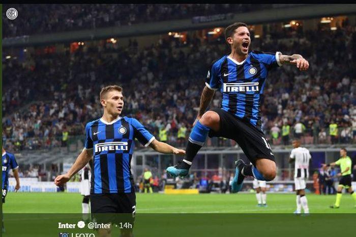 Stefano Sensi (kanan) merayakan gol untuk Inter Milan.