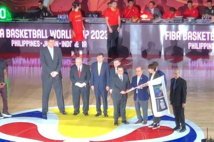 Di sela-sela pertandingan final FIBA World Cup 2019 antara Argentina dan Spanyol yang berlangsung di Beijing, China, Minggu (15/9), Indonesia yang akan menjadi tuan rumah FIBA World Cup 2023 bersama Filipina dan Jepang, secara simbolis menerima bendera FIBA.