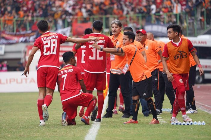 Skuat Persija Jakarta merayakan gol ke gawnag PSIS Semarang, di Stadion Patriot Chandrabhaga, Kota Bekasi, Minggu (15/9/2019).