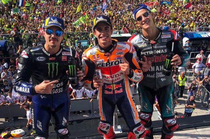 Maverick Vinales, Marc Marquez, dan Fabio Quartararo (dari kiri ke kanan) berpose seusai meraih podium MotoGP San Marino 2019.