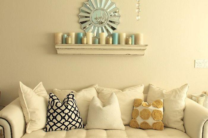 Dekorasi lilin di rak dinding.
