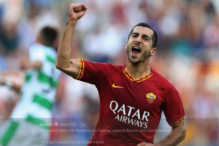 Henrikh Mkhitaryan merayakan gol untuk AS Roma.
