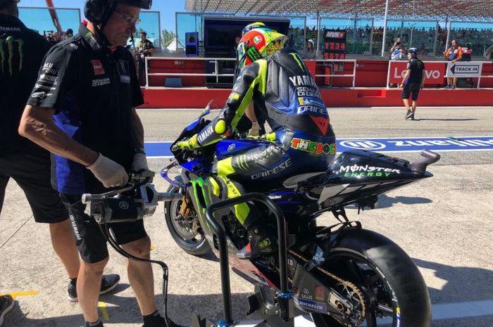 Pembalap Monster Energy Yamaha, Valentino Rossi saat menguji motornya di Sirkuit Misano, San Marino, Sabtu (14/9/2019)