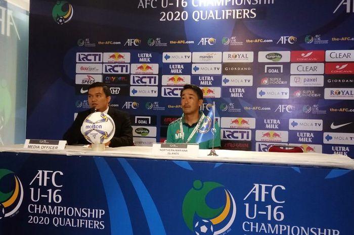 Pelatih timnas U-16 Kep Mariana Utara, Mita Michiteru, dalam jumpa pers pascalaga kualifikasi Piala Asia U-16 2020 kontra timnas U-16 Indonesia.