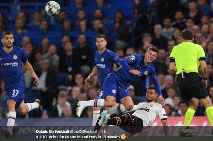 Pemain muda Chelsea, Mason Mount, mendapatkan tekel keras dari gelandang Valencia, Francis Coquelin, pada laga Chelsea melawan Valencia di laga perdana penyisihan Grup H Liga Champions, Selasa (17/9/2019).