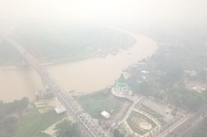 Kabut asap yang menyelimuti kota Palangkaraya.