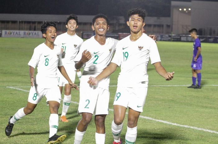 Para pemain timnas U-16 Indonesia berselebrasi setelah mencetak gol ke gawang Filipina pada matchday pertama Kualifikasi Piala Asia U-16 2020 di Stadion Madya, Jakarta, Rabu (18/9/2019).