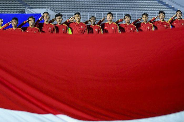 Pemain Timnas U-16 Indonesia menyanyikan lagu Indonesia Raya sebelum pertandingan melawan Timnas Kepulauan Mariana Utara U-16 pada laga kualifikasi Piala AFC U-16 2020 di Stadion Madya, Jakarta, Rabu (18/9/2019). Timnas U-16 Indonesia berhasil menang telak dengan skor 15-1 atas Mariana Utara.