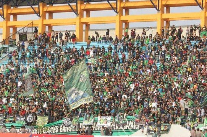 Suporter Persebaya Surabaya dan PSIS Semarang berhasil masuk Stadion Moch Soebroto, Magelang, Jumat (20/9/2019) sore dalam laga PSIS Vs Persebaya di Stadion Moch Soebroto Magelang. Sebelumnya pihak keamanan mengeluarkan larangan penonton masuk stadion.
