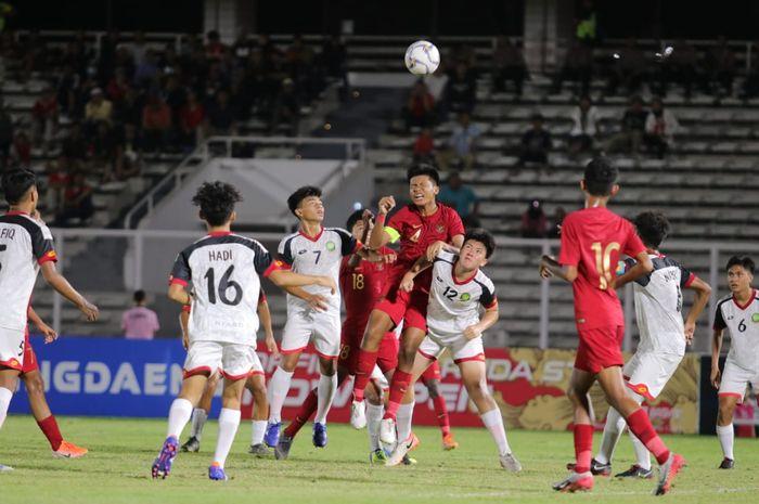 Para pemain timnas U-16 Indonesia dan Brunei Darussalam saling berebut bola pada matchday ketiga Kualifikasi Piala Asia U-16 2020 di Stadion Madya, Jakarta, Jumat (20/9/2019).
