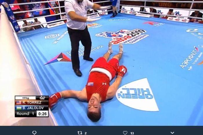 Petinju amatir asal Amerika Serikat, Richard Torrez tergeletak di atas ring usai kalah dalam waktu 30 detik dari petinju profesional asal Uzbekistan, Bakhodir Jalolov.